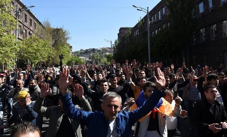 Митингующие пртестуют против назначения Сержа Саргсяна премьер-министром Армении