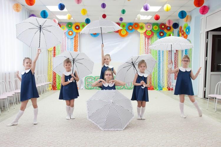 Танцевальный подарок подготовил творческий коллектив ДОУ к 50-летию заведующей Елены Салтановой