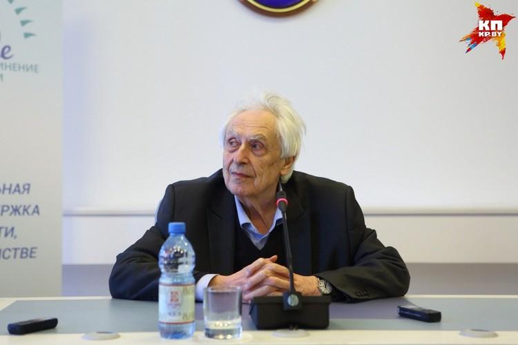 Оден - 87-летний акушер-гинеколог с полувековым стажем