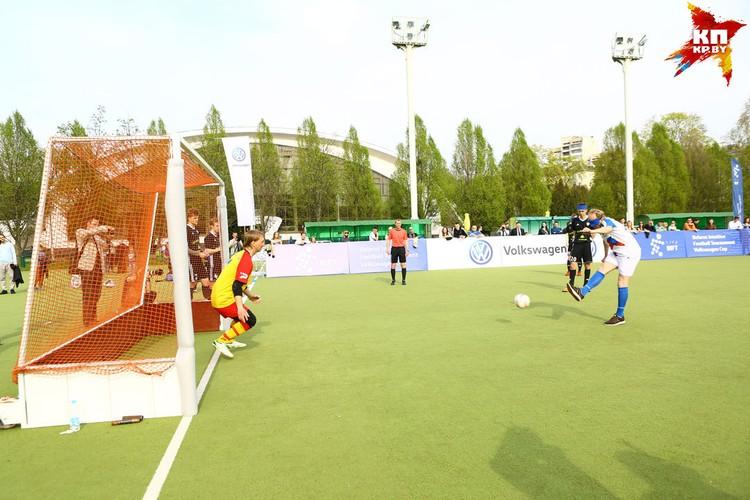 В воротах играют зрячие футболисты.