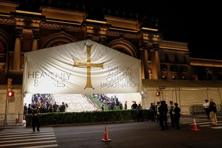 Знаменитую лестницу музея Метрополитен в Нью-Йорке, по которой поднимались звезды, стилизовали под католический храм.