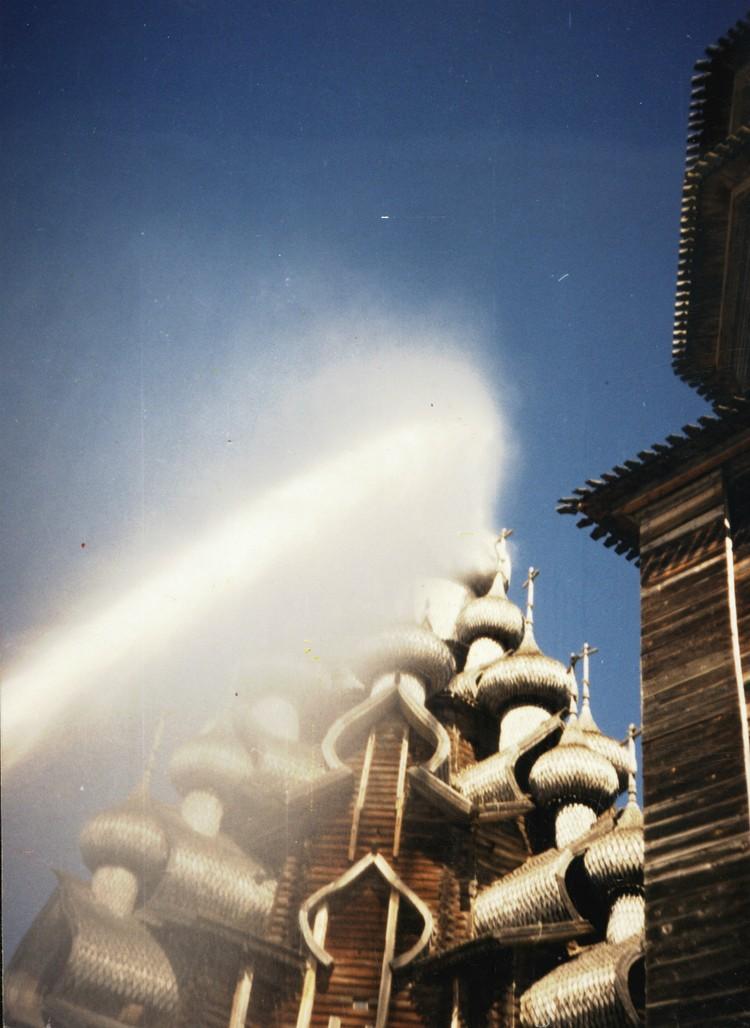 Испытания первого пожарного робота в Кижах в 1984 году