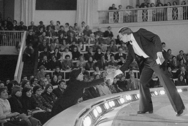Андрей Вознесенский на творческом вечере в зале имени Чайковского в 1978 году Фото: Владимир Савостьянов/Фотохроника ТАСС
