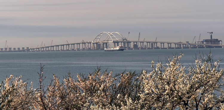 Длина моста 19 километров.