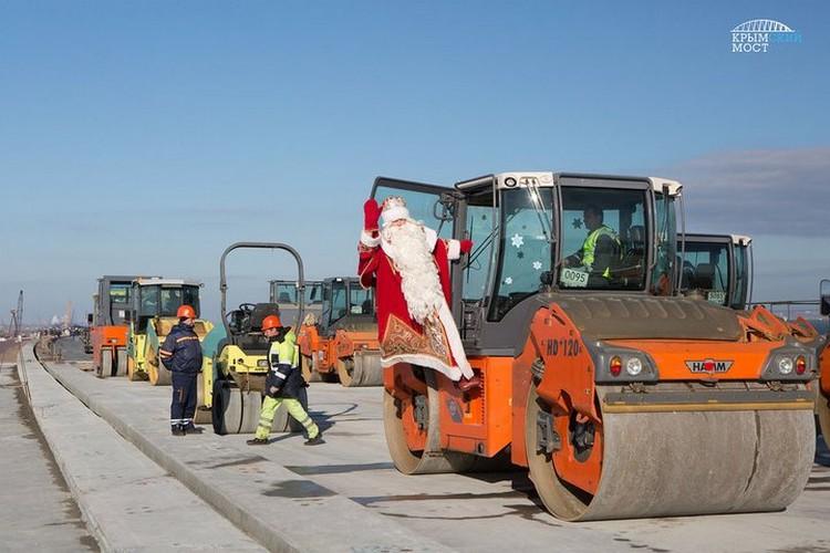 А под Новый год на мосту побывал Дедушка Мороз.