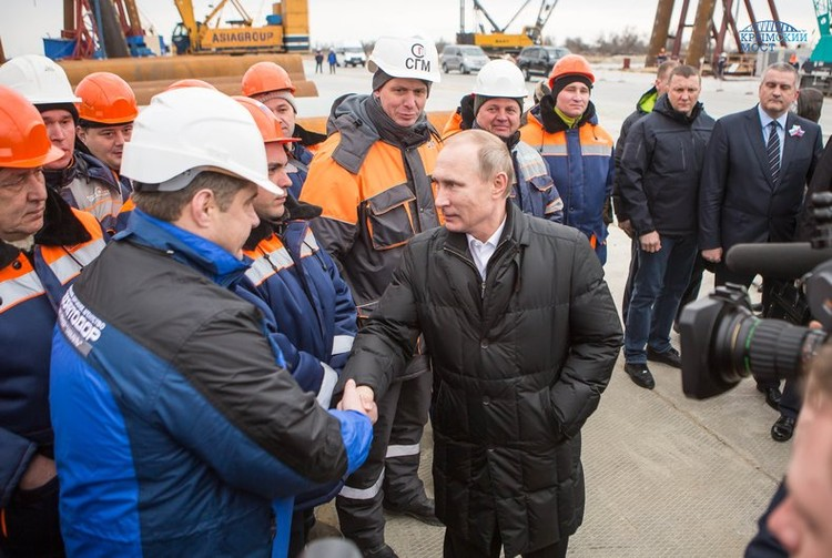 Глава государства пообщался с рабочими. 18 марта 2016 года. Фото: Инфоцентр Крымского моста