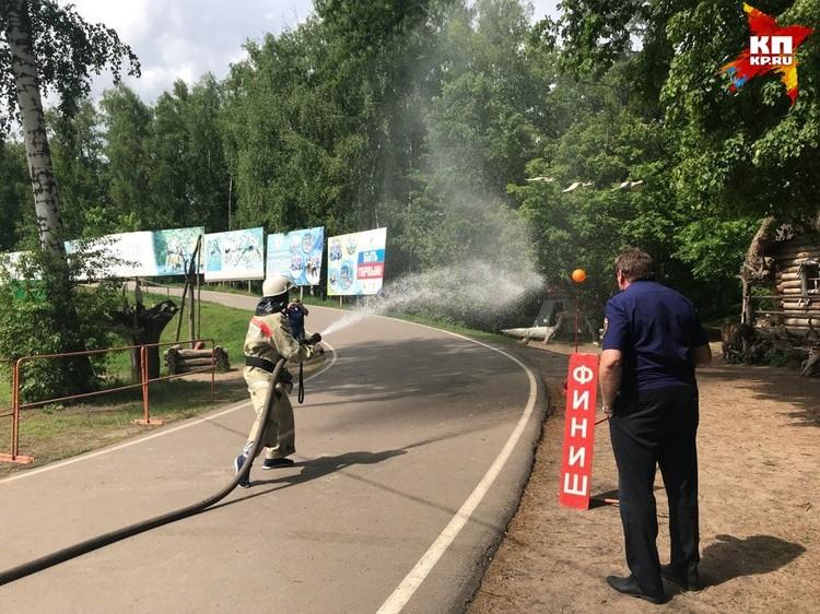 Одним из самых зрелищных этапов соревнований оказалась пожарная эстафета