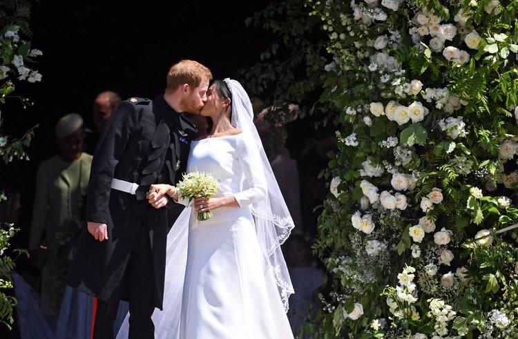 Первый поцелуй мужа и жены на глазах у всего мира