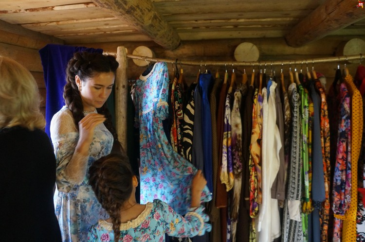 Православная мода - пестрые платья обшитые камнями от Сваровски, шелковые платки и ватники с пуговицами из фарфора, обшитые норкой