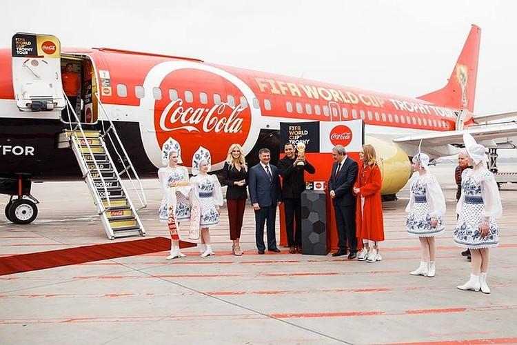 Виктория Лопырева встретила Кубок мира по футболу. Фото: FIFA World Cup Trophy Tour
