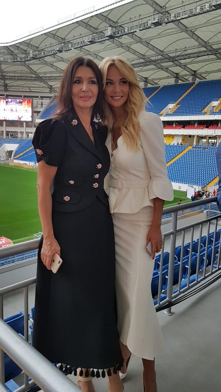 Виктория Лопырева с мамой.