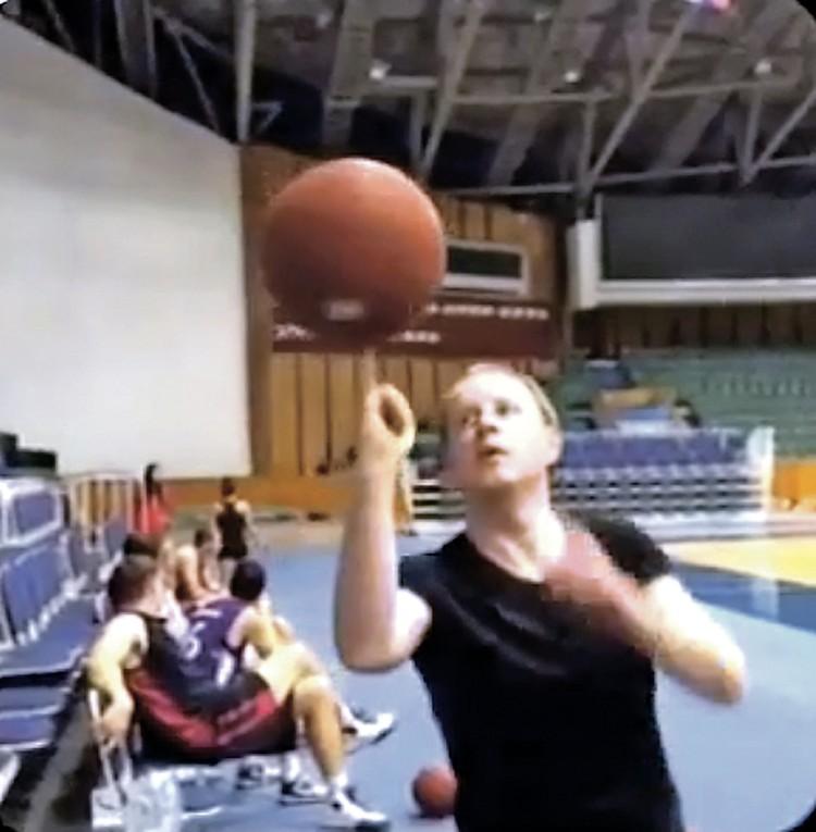 Виктор Томенко - любитель баскетбола.