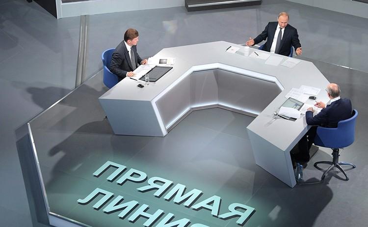 Более 4 часов общался с народом президент России Владимир Путин на прямой линии 7 июня 2018 года