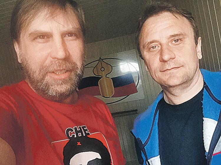 Корреспондент «Балашовской правды» Андрей (слева) обещает обучить стажера Волошина (справа) журналистике. Не подозревая, что перед ним политический обозреватель «Комсомолки» Ворсобин.
