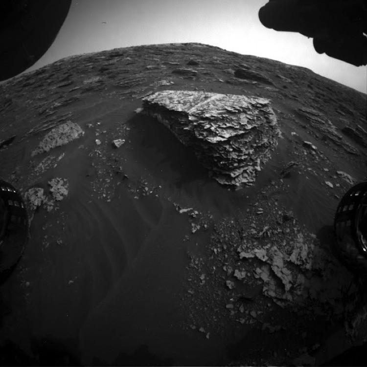 2079 марсианский день: рядом с камнем ничего нет.
