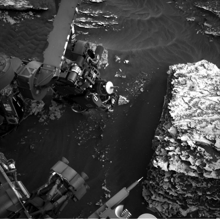 """На одном из снимков видно, что """"Любопытство"""" придвинул к субстанции свой микроскоп. Но о результатах этого исследования ничего не известно."""