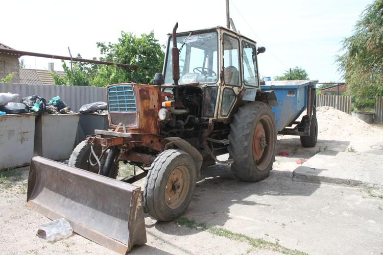 Старенький трактор, на который по штату не выделили тракториста