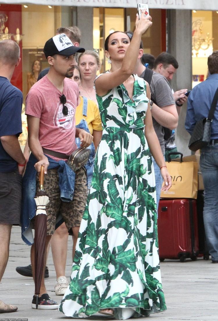 Во время съемок в Венеции: пока ее пиарщик носил за ней зонт, Оля делала селфи.