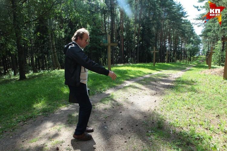- Бульдозером расширили тропинку, по которой местные ходили из деревни Дроздово в Минск, она стала метров 15 шириной - чтобы проехал трубоукладчик, экскаватор...