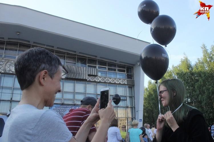 Многие выпустили черные шарики в небо, другие - унесли их с собой