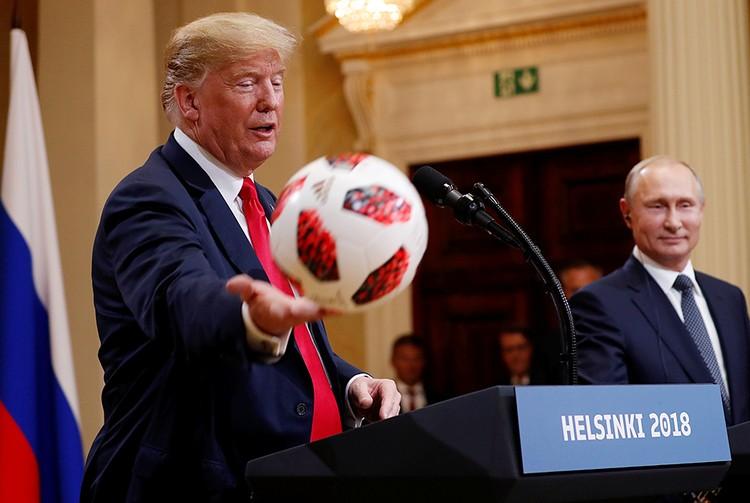 Путин вручил Трампу настоящий футбольный мяч чемпионата мира