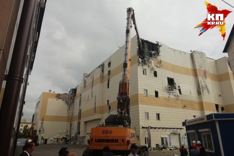 """Экскаватор-разрушитель """"отгрызает"""" куски здания"""