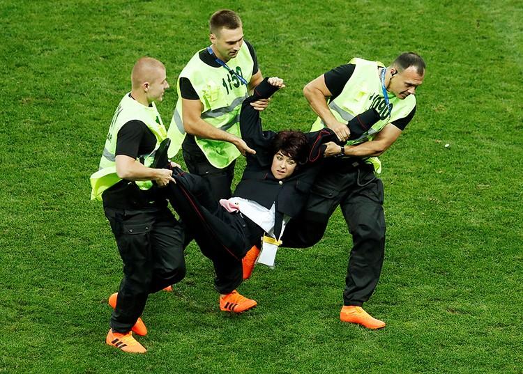 На каждом финале хулиганы выбегают на поле, это стало традицией