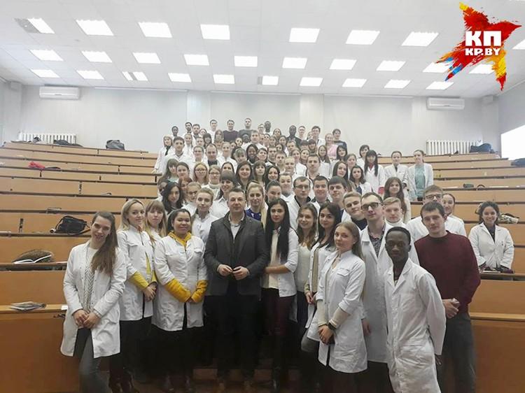 Со студентами профессор говорит об особенностях антивозрастной медицины. Фото: Личный архив