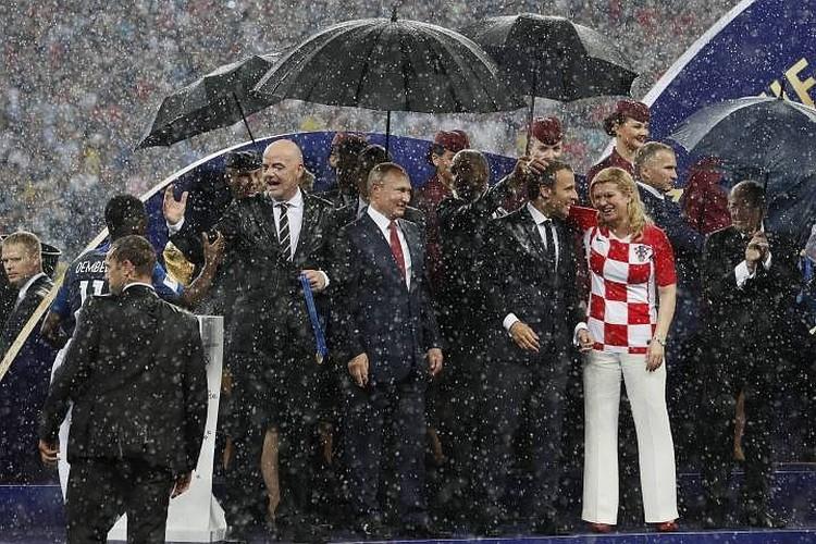 Когда во время церемонии награждения пошел дождь, президент России Владимир Путин стоял рядом с главой ФИФА Джанни Инфантино, французским лидером Эммануэлем Макроном и президентом Хорватии Колиндой Грабар-Китарович