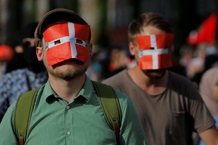 Мужчина с флагом Дании на лице