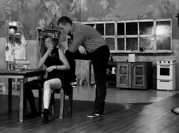 Спасет ли любовь семью 40-летней женщины или она только все усугубит? Об этом в спектакле Гомельского городского молодежного театра. Фото: Павел РЕХТОВ, предоставлено режиссером