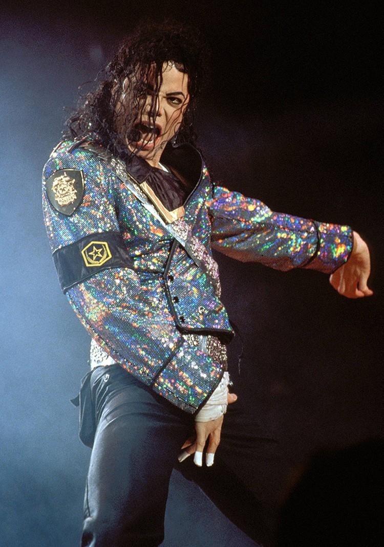 Джексон во время выступлений то и дело хватался за эту часть тела рукой