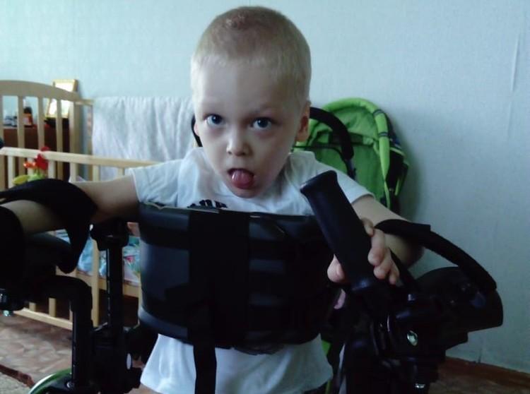Пока мальчик вынужден передвигаться в инвалидной коляске