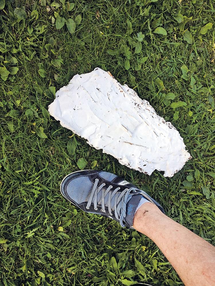 Журавлев сделал слепок следа йети. По сравнению с ним нога корреспондента Рогозы (44-го размера) - так, ножка.