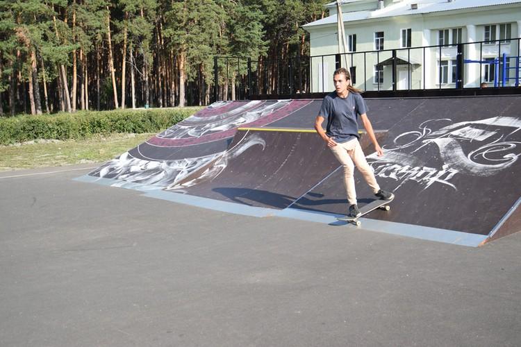 Рядом с местным ДК открылась универсальная спортплощадка с современными уличными тренажерами и скейт-парк.
