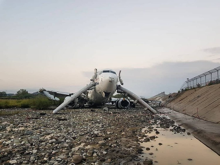 Самолет выкатился в русло реки Мзымта. Фото: соцсети