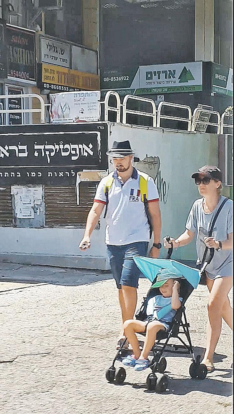 Съемка частных детективов в Израиле. Родиона везет в коляске его мама. Слева - сын Натальи от первого брака. Фото: Личный архив Голубковых