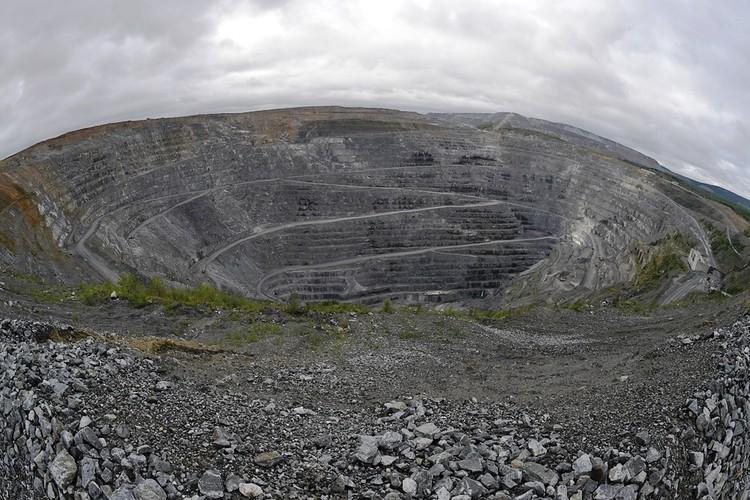 В этом гигантском - как и все тут в Гиперборее - карьере добывают руды и апатиты.
