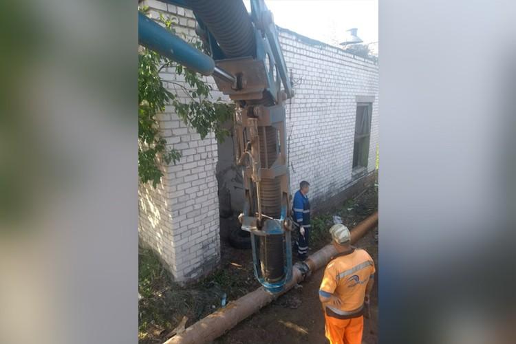 Волонтеры с помощью вакуумного экскаватора откачали все содержимое резервуаров