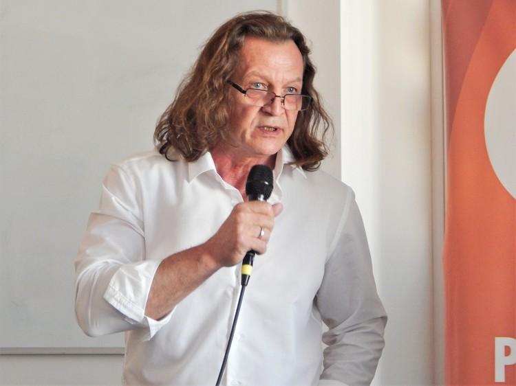 Сергей Соколкин лично поблагодарил автора за сотрудничество и вручил ему почетную награду.