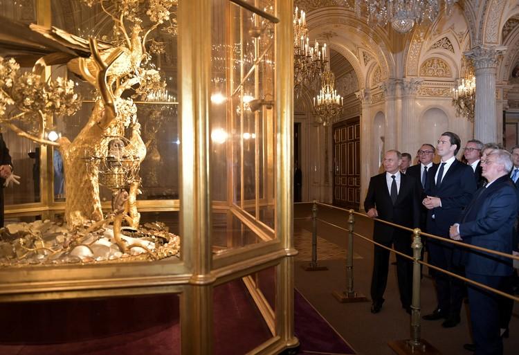 Владимир Путин показал австрийскому канцлеру Эрмитаж и часы-павлин