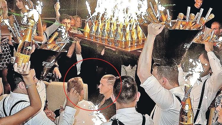 Кокорин с Мамаевым рецидивисты. Впервые они прославились еще в 2016 году, когда после провального Евро закатили вечеринку с элитным шампанским в Монте-Карло (на фото). Футболистов тогда перевели в дубль и выгнали из сборной. Фото: youtube.com