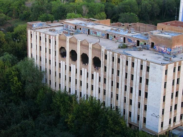 Недостроенное здание КГБ - приманка для молодежи
