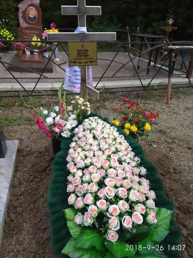 На могилке у мальчика свежие цветы от родителей и родственников