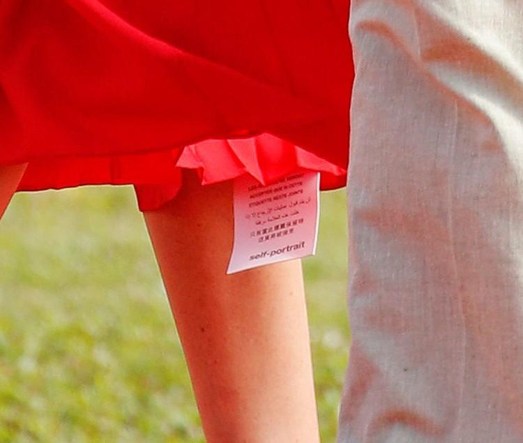 На бирке можно было разглядеть название марки Self Portrait: платье молодого британского бренда стоит 628 долларов (40 820 рублей).