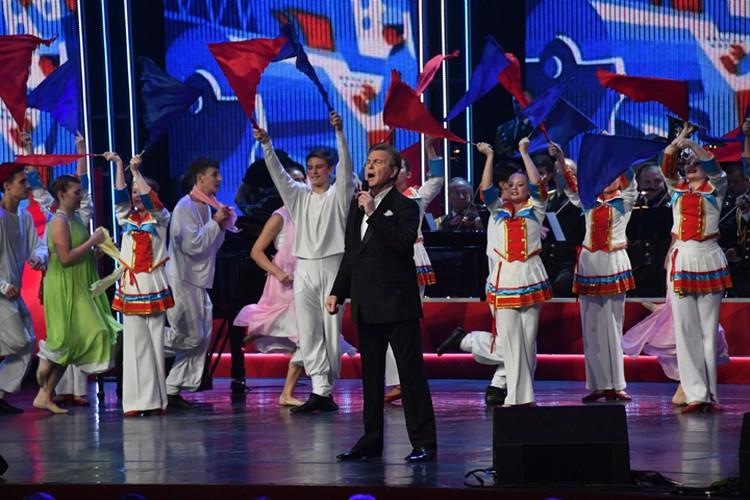 """Лев Лещенко спел про """"Любовь, комсомол и весну"""""""