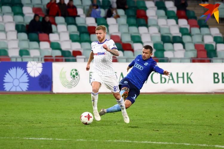 Рывок Никиты Корзуна на последних минутах ценой желтой карточки прерывает Сергей Кисляк.