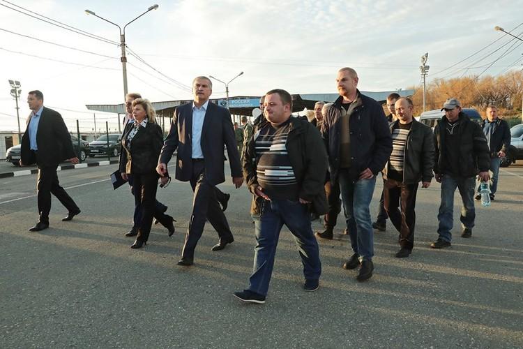Украинских моряков ведут на обмен .Фото: пресс-служба главы Крыма Сергея Аксенова