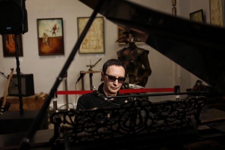 Когда выставка открывалась, столетний рояль в галерее был сломан и безмолвствовал, но благодаря Эдмунду Шклярскому он ожил и получил новую жизнь.
