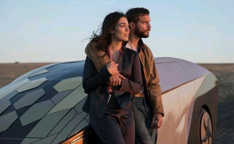 """В известном фантастическом триллере 2018 года """"Апгрейд"""", где действие разворачивается в ближайшем будущем, автомобиль-беспилотник оказывается под внешним управлением злоумышленников и пытается убить пассажиров."""